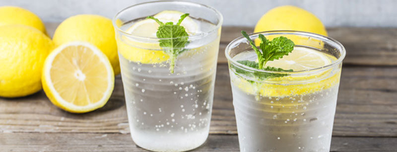 The healthiest habits for your next vacations - water with lemon